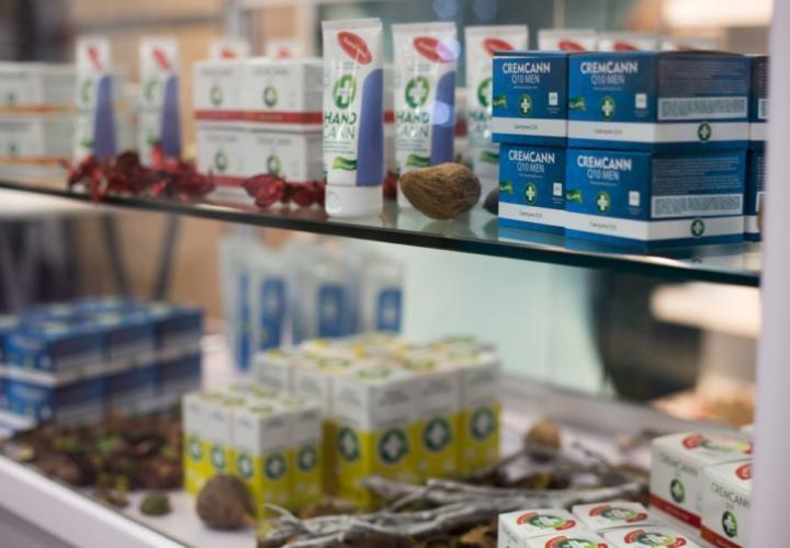 ANNABIS Kosmetik Produkte im Ladenregal